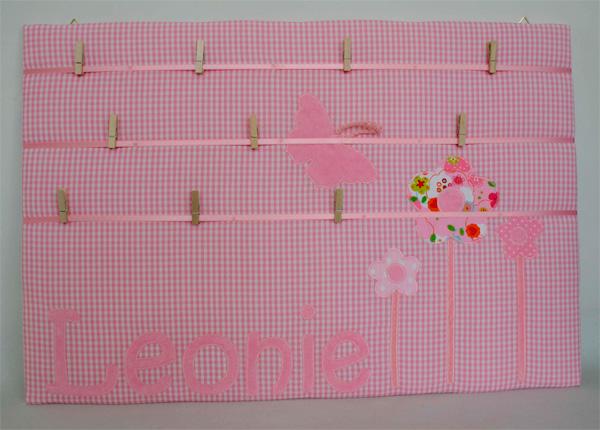 pinnwand mit namen und applikation 39 blumen rosa 39 kim wolf. Black Bedroom Furniture Sets. Home Design Ideas
