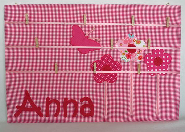 Pinnwand mit Namen und Applikation \'Blumen pink\'